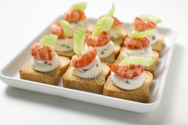 Quark de ervas, camarão e aipo em brindes — Fotografia de Stock