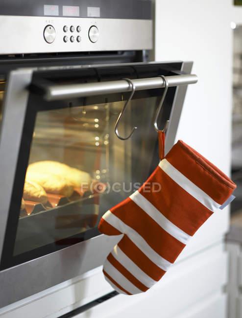 Багеты в открытой печи — стоковое фото