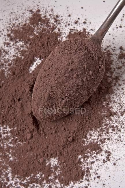 Крупным планом вид какао порошка на серебряной ложкой — стоковое фото
