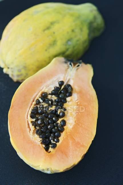 Frische halbierte Papaya — Stockfoto