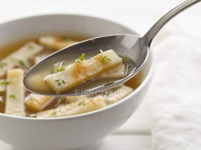 Pfannkuchensuppe in weißer Schüssel — Stockfoto