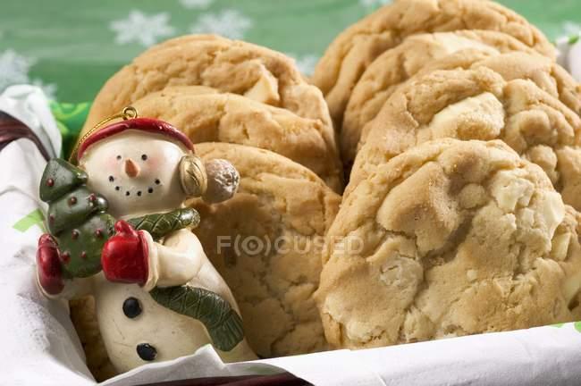 Muñeco de nieve y galletas de tuerca - foto de stock
