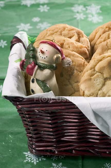 Galletas muñeco de nieve y tuerca - foto de stock