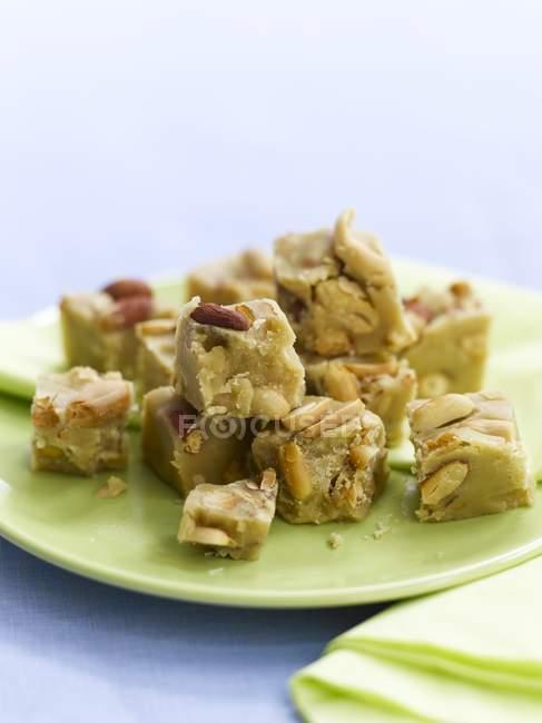 Doce de amendoim na placa — Fotografia de Stock