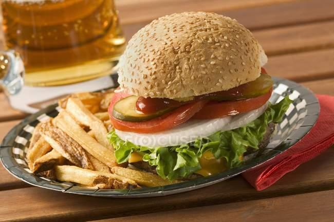 Гамбургер с пивом — стоковое фото
