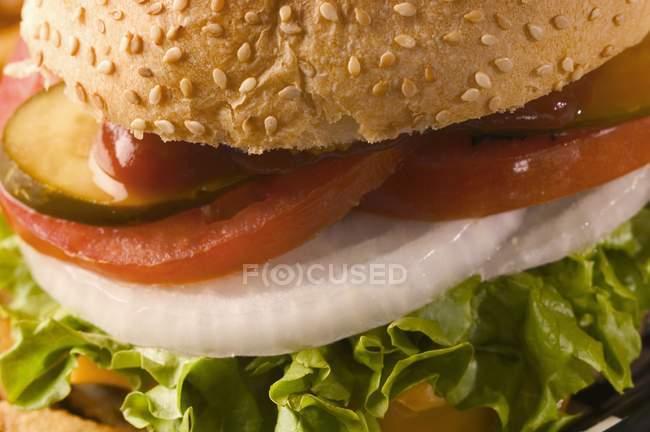 Hamburguesa en bollos de sésamo - foto de stock