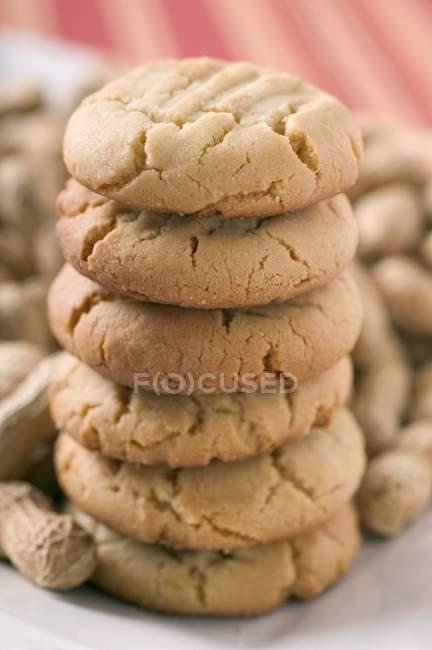 Pila de galletas cacahuetes - foto de stock