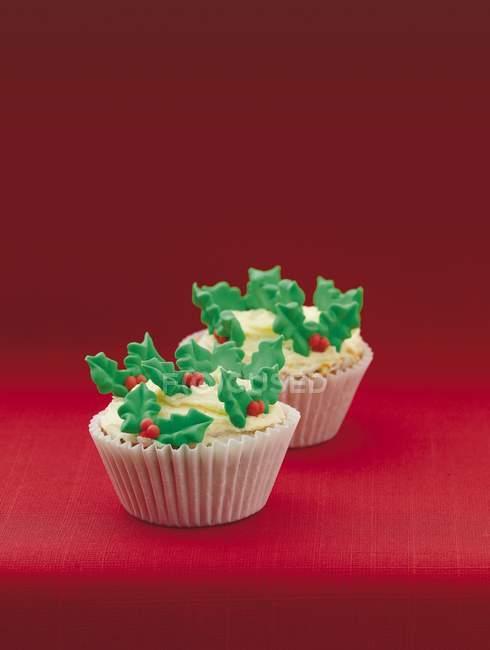 Cupcakes de Navidad decoración con hojas - foto de stock