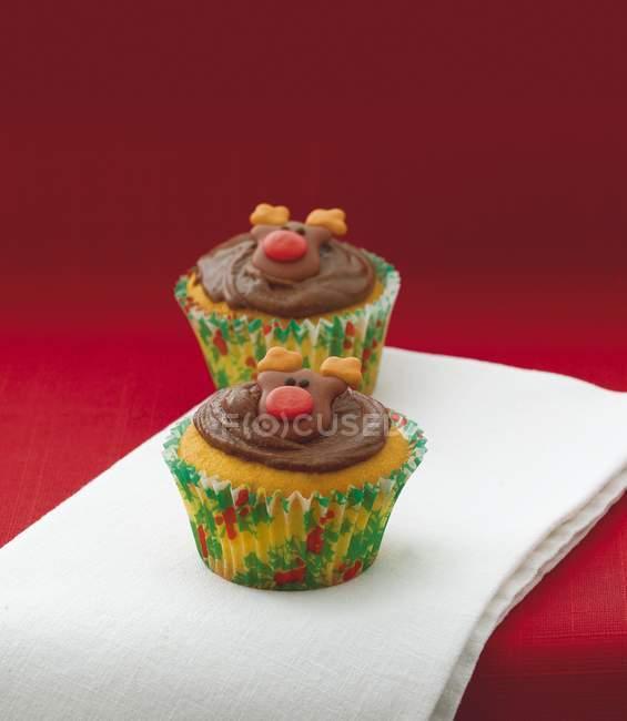 Cupcakes de vainilla decoración con caras de Reno - foto de stock