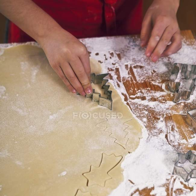 Siendo cortadas de galletas - foto de stock