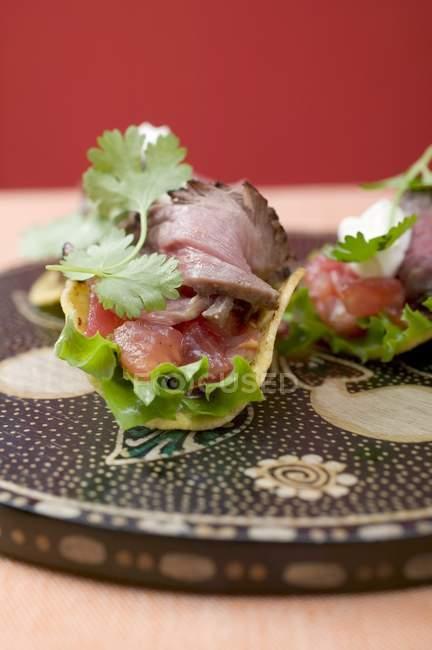 Tacos con carne y tomate - foto de stock