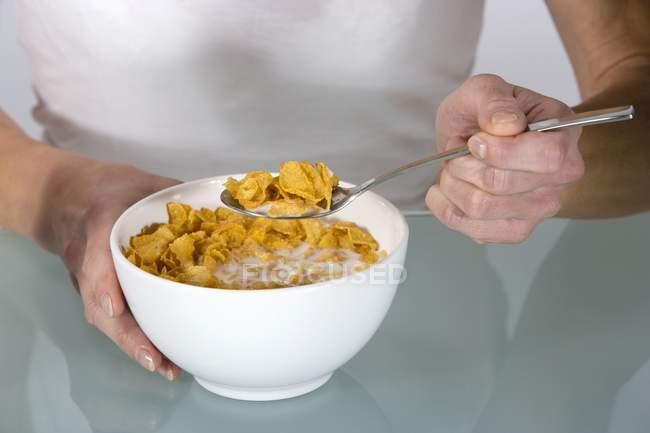 Женщина, едят кукурузные хлопья — стоковое фото
