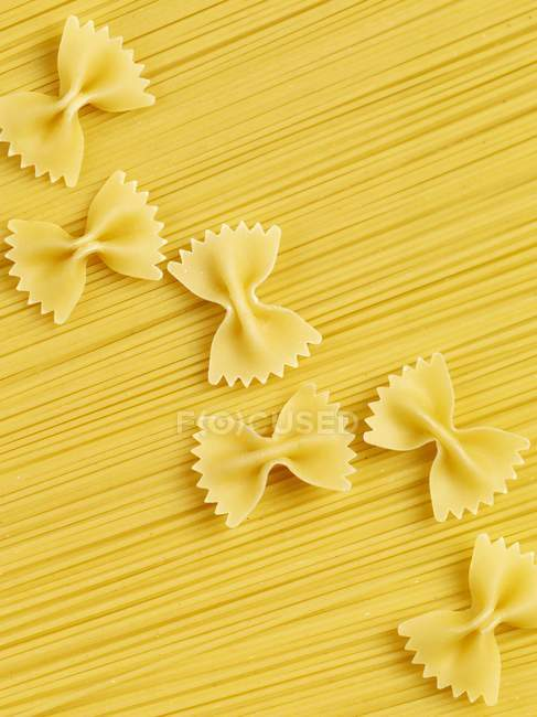 Сирі спагетті і farfalle макаронних виробів — стокове фото