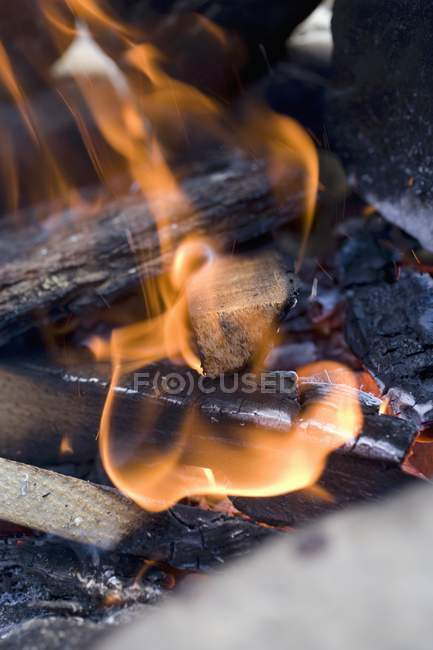 Detailansicht des glühenden und brennenden Kohlen — Stockfoto