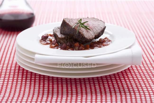 Arrosto di manzo con salsa al vino rosso — Foto stock