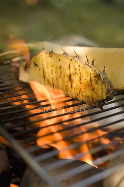 Резаные ананас на гриле — стоковое фото