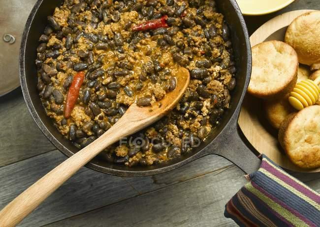 Chili in einem gusseisernen Topf — Stockfoto