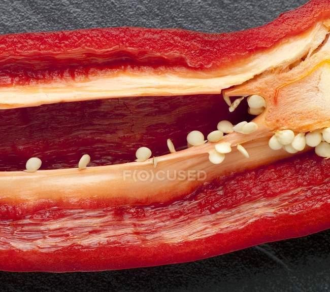 Eine halbe Scheibe rote Paprika — Stockfoto