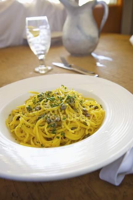 Spaghetti aux câpres dans une sauce à l'ail — Photo de stock