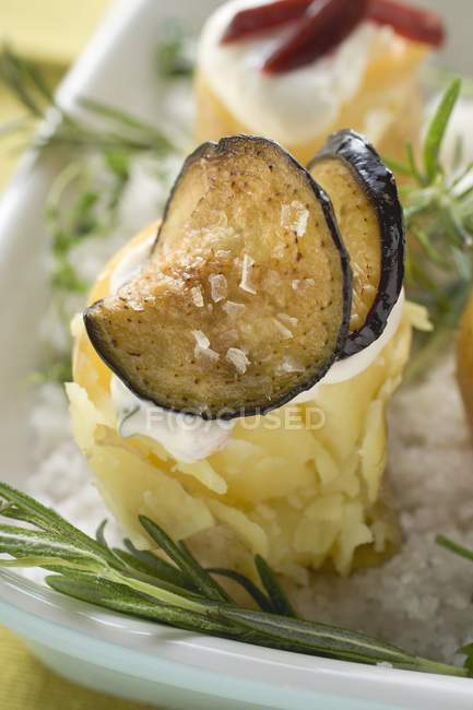 Patata al horno con berenjena - foto de stock