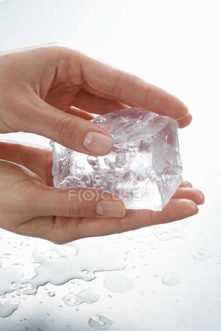 Крупным планом вид руки, держа кусок льда — стоковое фото