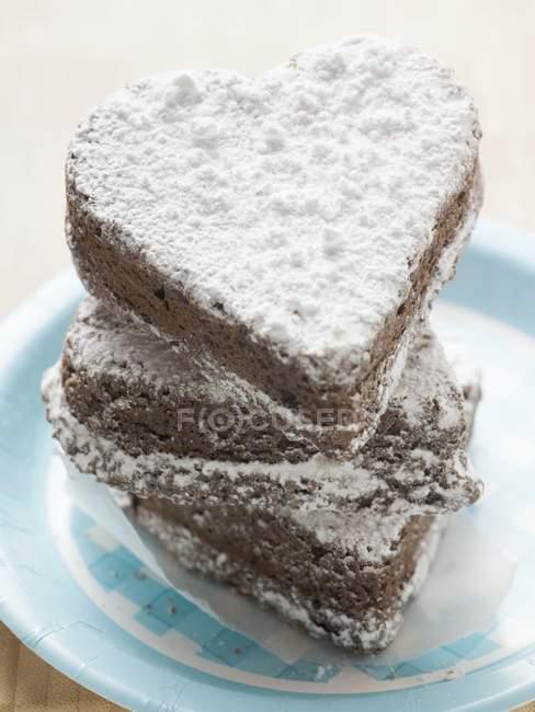 Cuori di cioccolato cosparsi di zucchero a velo — Foto stock