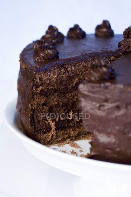 Частично нарезанный шоколадный торт — стоковое фото