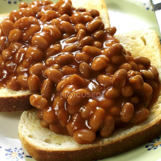 Baked beans on toast over plate — Stock Photo