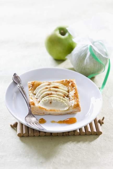 Листкове тісто пиріжки з apple — стокове фото