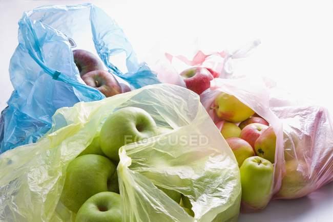 Varios tipos de manzanas - foto de stock