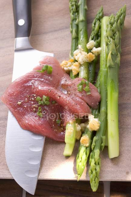 Beef carpaccio with asparagus — Stock Photo