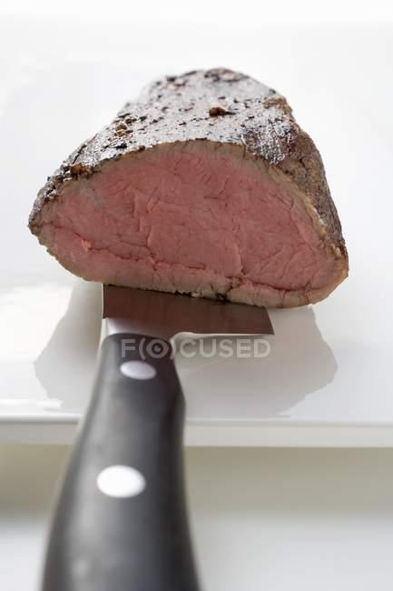 Filé de carne assada na faca — Fotografia de Stock
