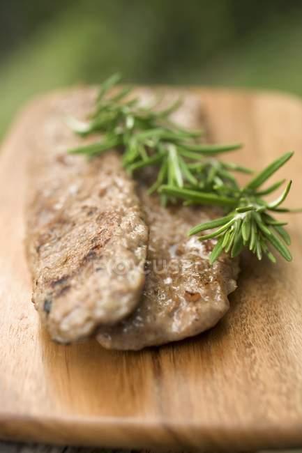 Смажена свинина sausagemeat з розмарином — стокове фото
