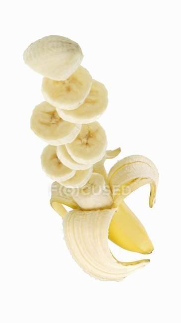 Частково нарізаний банан — стокове фото