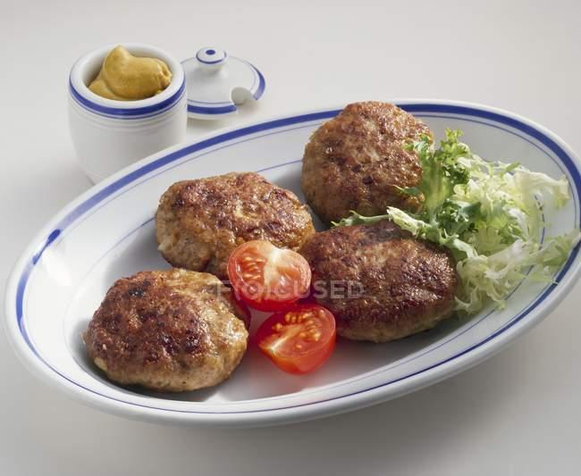 Gebratene Rindfleisch-Burger auf dem Teller — Stockfoto