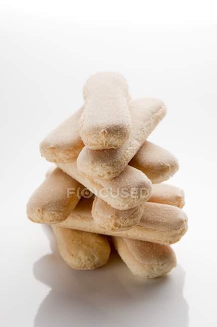 Vue rapprochée des doigts empilés d'éponge sur la surface blanche — Photo de stock
