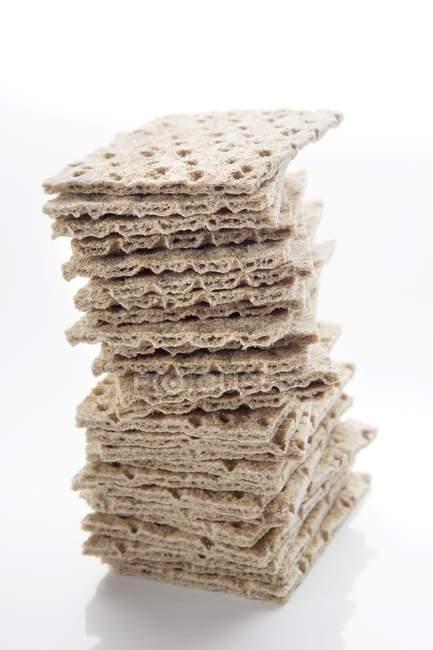 Pão denominado Knäckebrot empilhados em branco — Fotografia de Stock