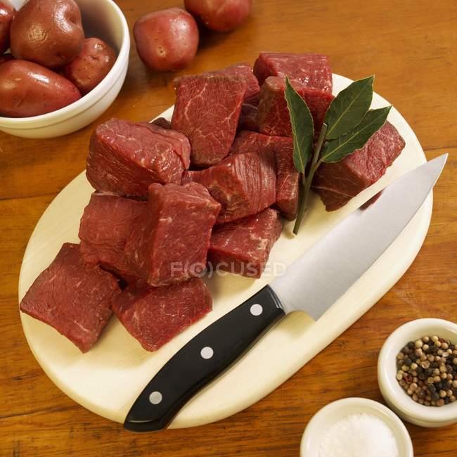 RAW яловичини кубів на обробна дошка — стокове фото