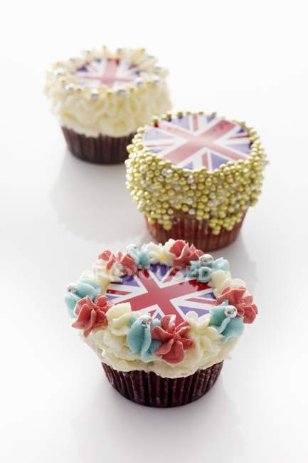 Cupcakes decorados con clavijas de Unión - foto de stock