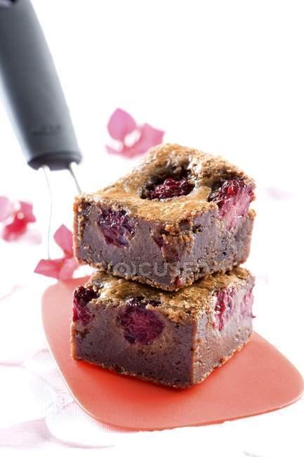 Brownies aux framboises empilés sur spatule — Photo de stock
