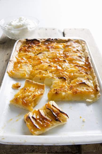 Нарезанный французский яблочный пирог — стоковое фото