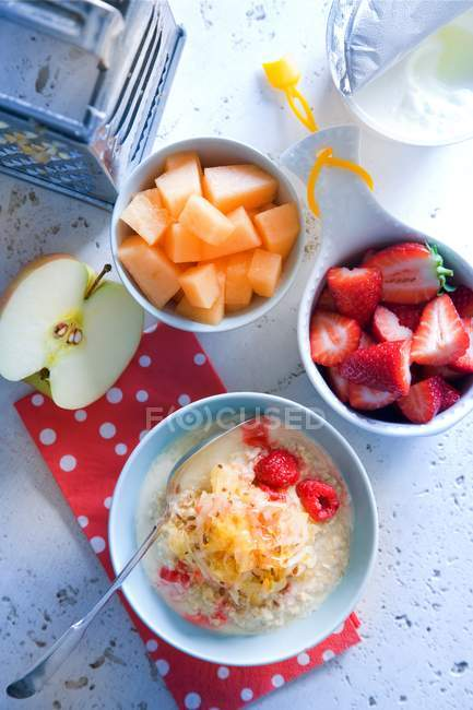 Muesli et fruits frais — Photo de stock