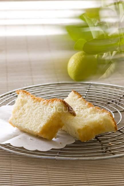 Rebanadas de pastel de yogur de limón - foto de stock