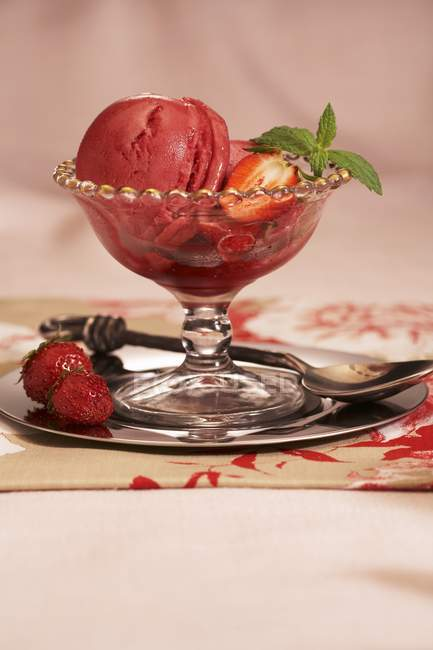 Bol en verre de sorbet aux fraises — Photo de stock