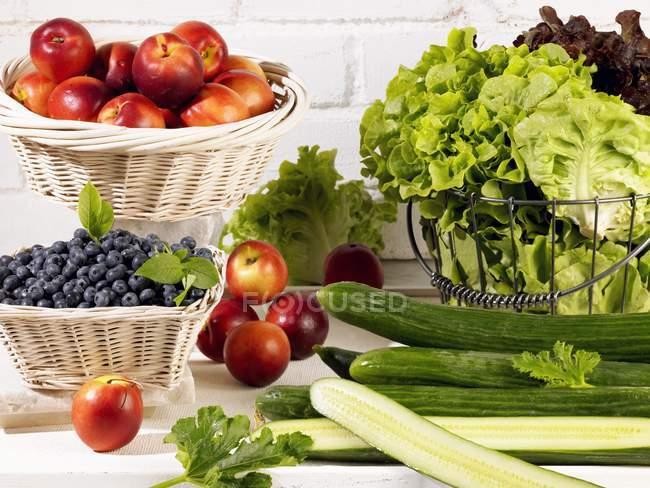Свежий салат на стол — стоковое фото