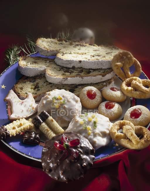 Plato de galletas de Navidad - foto de stock