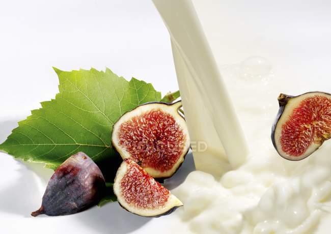 Свежий инжир и молоко — стоковое фото