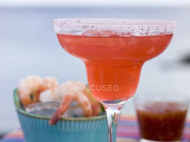 Coquetel vermelho em vidro e camarões — Fotografia de Stock