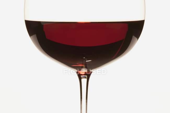 Delicioso vino tinto en copa - foto de stock