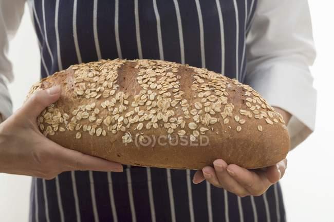 Femme tenant du pain d'avoine — Photo de stock